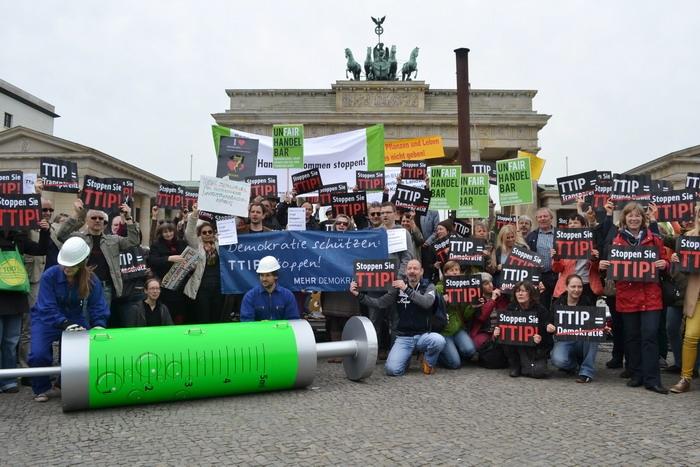 Европейци протестиращи срещу споразумение за търговия между САЩ и ЕС