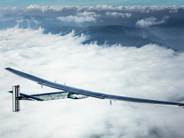 Самолет на слънчеви батерии потегли на околосветско пътешествие