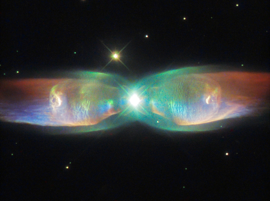"""Телескопът """"Хъбъл"""" засне крилата на космическа пеперуда"""