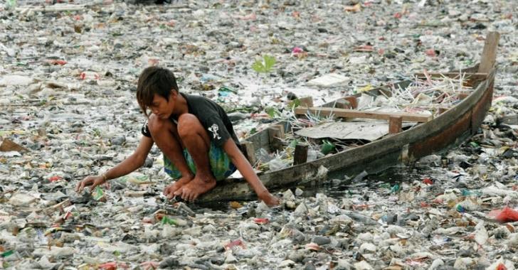 Бактерия се храни с пластмаса