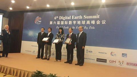 Проф. Теменужка Бандрова с приз от Международното общество за дигитална земя