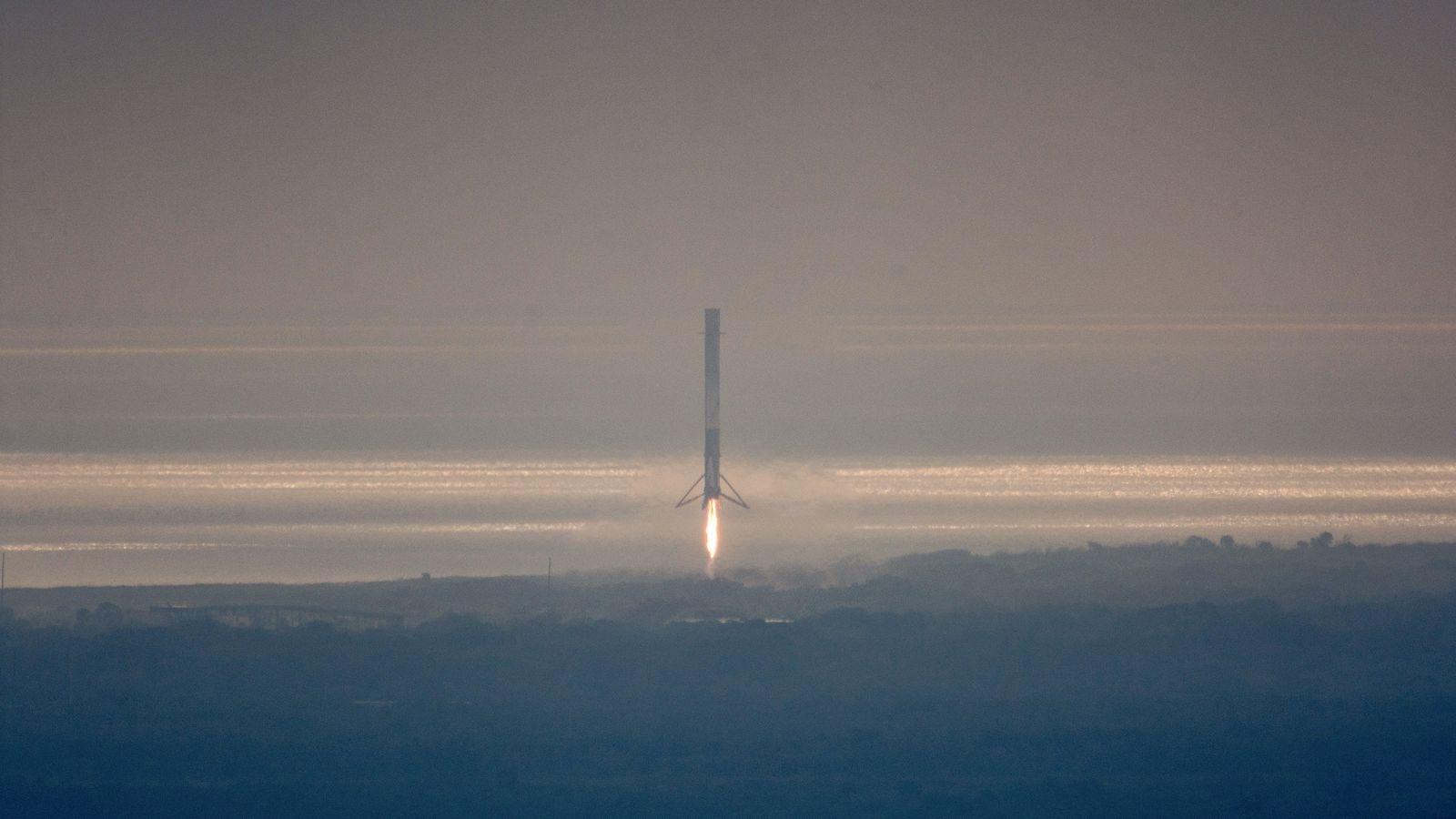 SpaceX приземи успешно ракета Falcon 9 за трети път на твърда земя