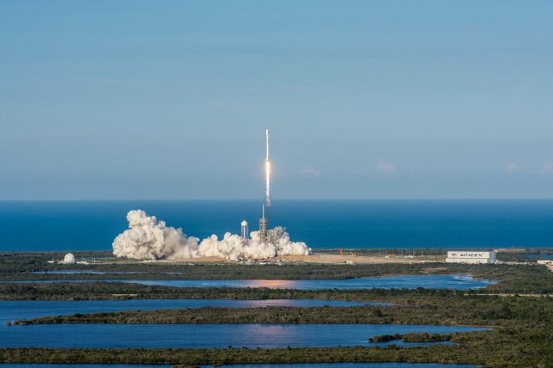 SpaceX осъществи историческо изстрелване на ракета