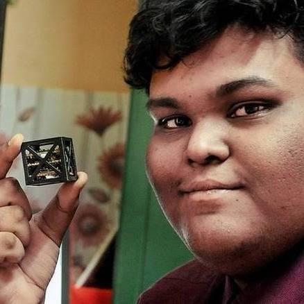 Индийски ученик създаде най-лекият сателит на света