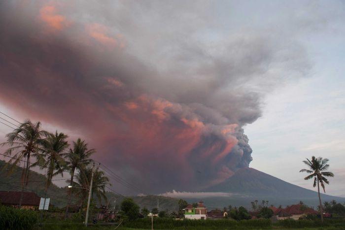 Индонезия евакуира 100 хиляди души заради вулкан