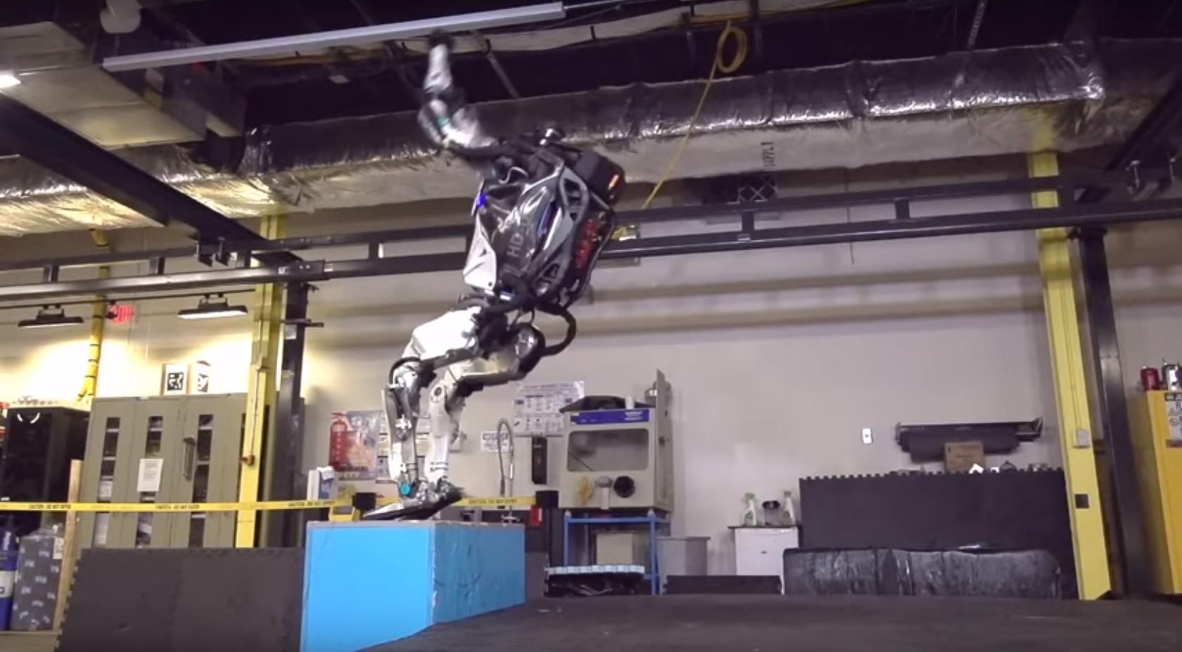 """Хуманоидният робот """"Атлас"""" показа задно салто във видео"""