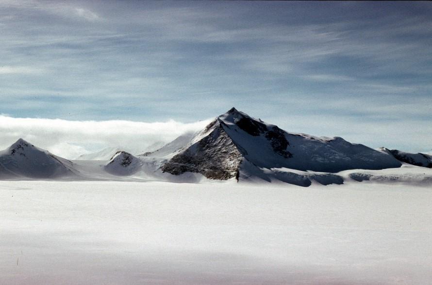 Връх в Антарктида се оказа с близо 400 метра по-висок