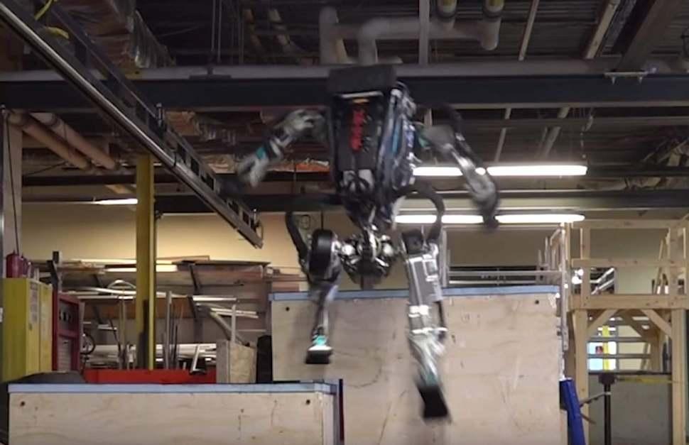 Роботът Атлас вече умее паркур