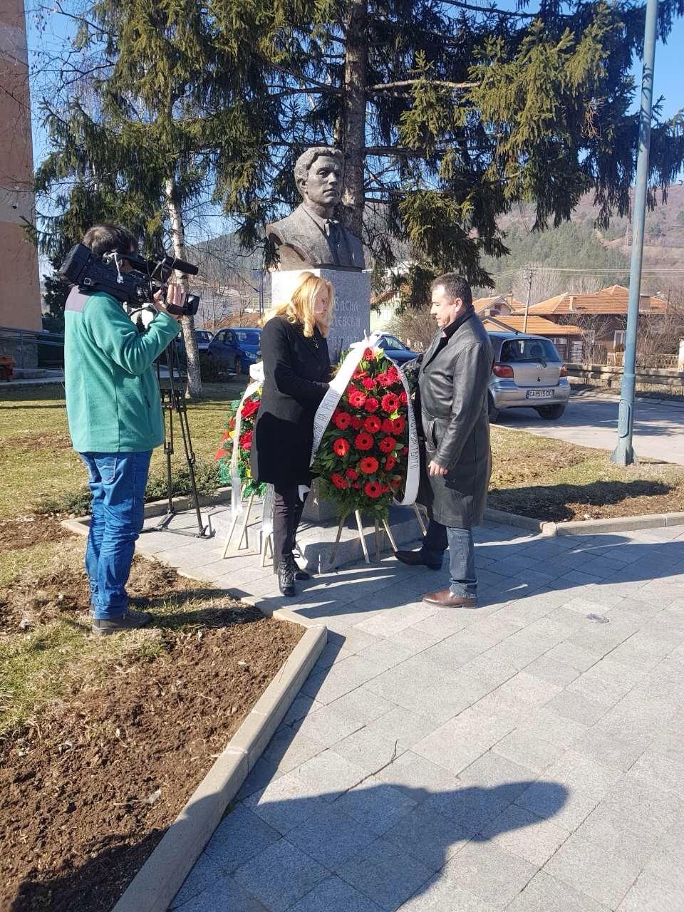 Зам.-министър Валентин Йовев поднесе венец пред паметника на Васил Левски в Цариброд