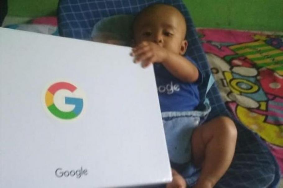 Гугъл затрупа с подаръци бебето Гугъл