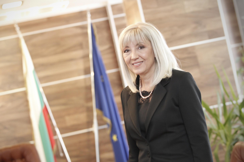 Министър Петя Аврамова защити геодезистите