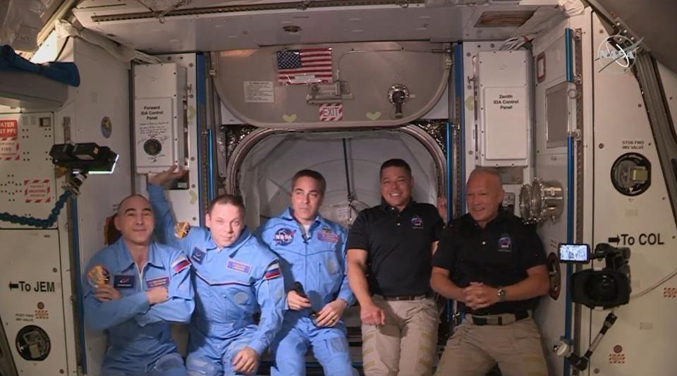 Астронавтите от НАСА Дъг Хърли и Боб Бенкен влязоха в Международната космическа станция