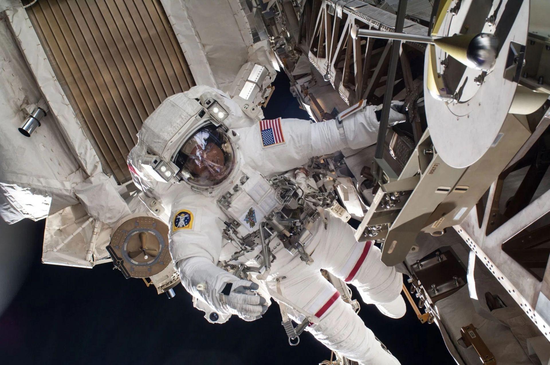 МКС се отклони от траекторията заради космически боклук
