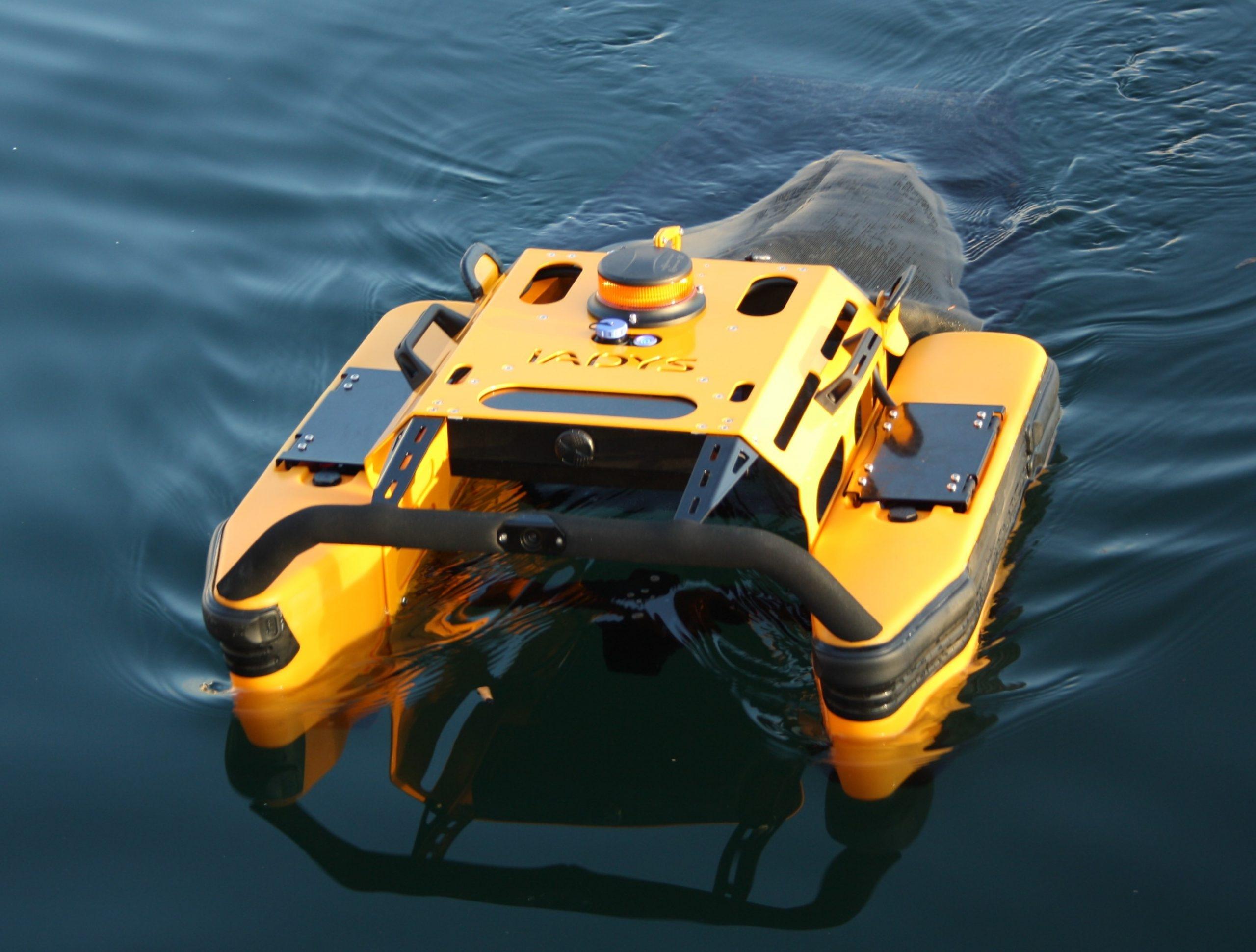 Робот чисти морската вода от боклуци