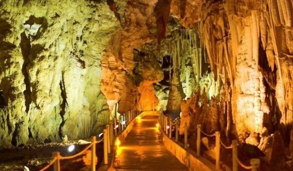Робот посреща туристите в гръцка пещера