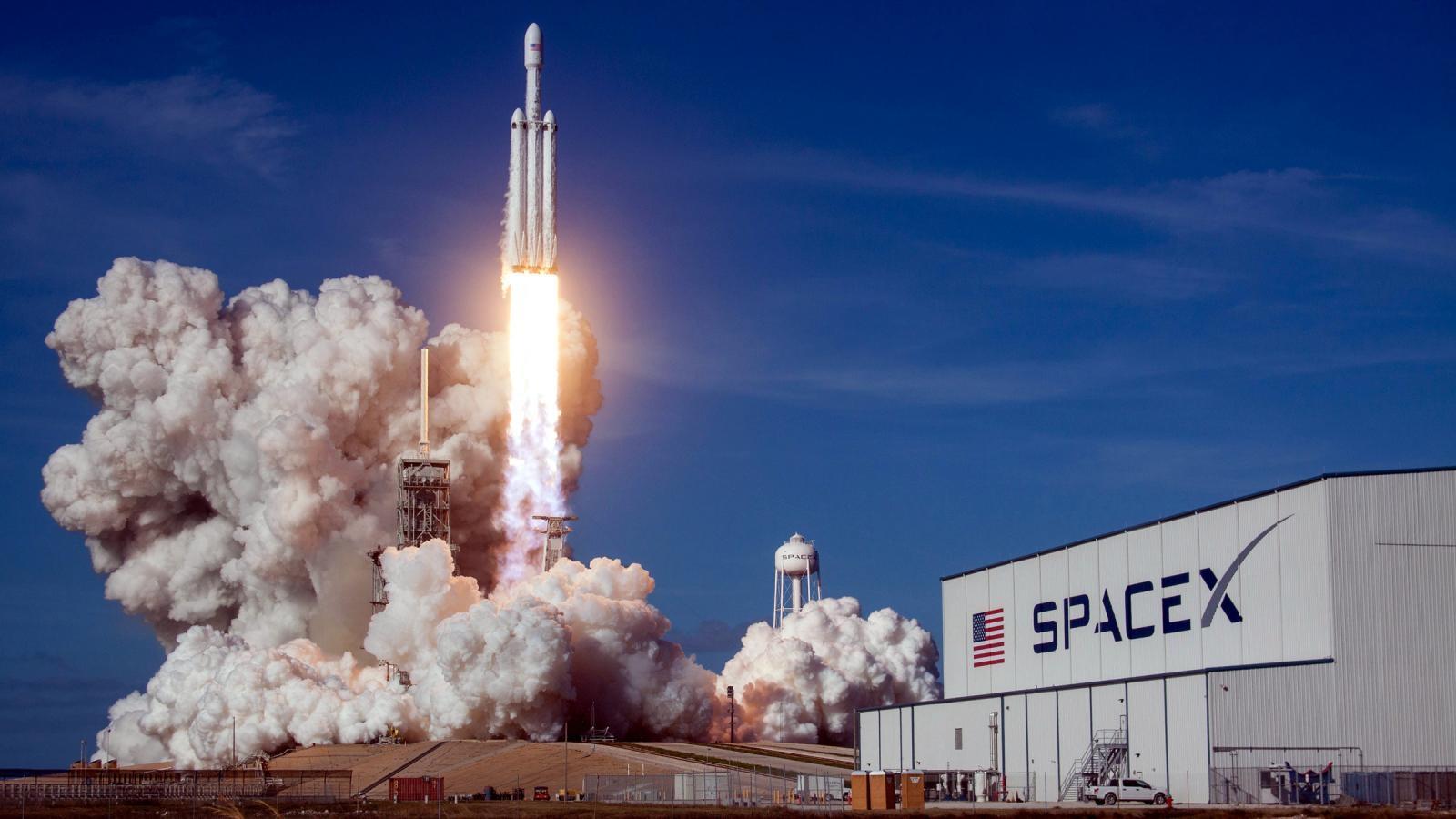 СпейсЕкс праща в орбита само аматьори